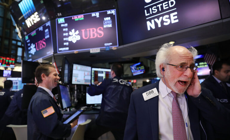 Τριπλό ρεκόρ στη Wall Street – Πάνω από τις 30.200 μονάδες ο Dow Jones