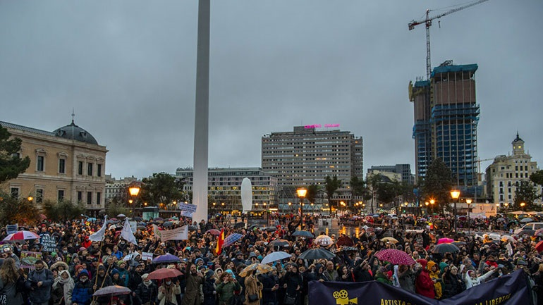 Χιλιάδες διαδηλωτές στη Μαδρίτη εναντίον των μέτρων για τον κορωνοϊό