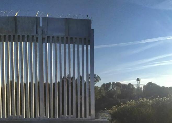 Εικόνες από τον νέο φράχτη που υψώνεται σιγά σιγά στον Έβρο. Τι γίνεται με τις ροές μεταναστών ;
