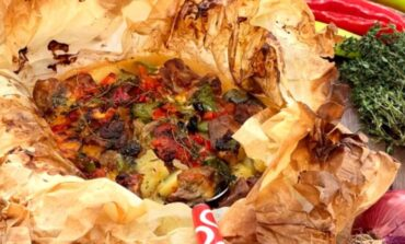 H συνταγή της ημέρας: Χοιρινό εξοχικό στην λαδόκολλα