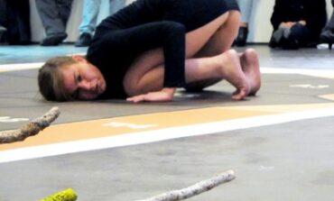 Οι Δολοφονίες ως performance. O Θάνος Τζήμερος <<σφάζει με το γάντι>> τη συμπαραστάτρια στην απεργία πείνας του Κουφοντίνα.