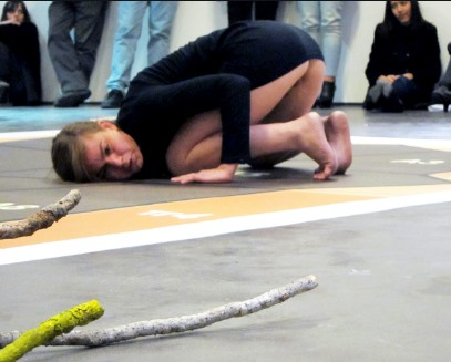 Οι Δολοφονίες ως performance. O Θάνος Τζήμερος  τη συμπαραστάτρια στην απεργία πείνας του Κουφοντίνα.