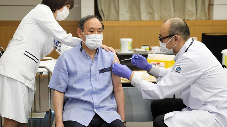 Κορωνοϊός: Εμβολιάστηκε ο πρωθυπουργός της Ιαπωνίας