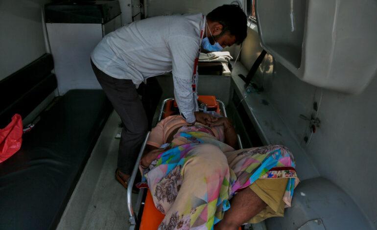 Απερίγραπτες εικόνες στην Ινδία: ΜΚΟ σώζει ασθενείς ενώ έχει αρχίσει η δύσπνοια