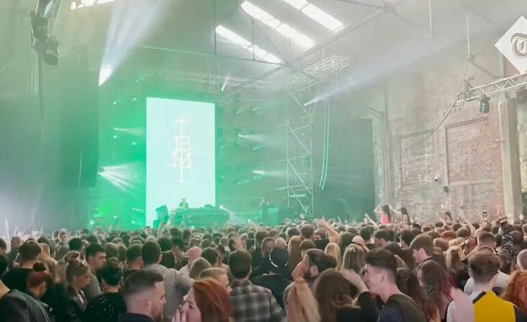 Βρετανία: Πάρτι-πείραμα για την εξάπλωση του κορονοϊού στο Λίβερπουλ με 3.000 άτομα σε αποθήκη