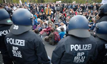 Επεισόδια και συλλήψεις αρνητών του κορονοϊού έξω από τη Βουλή στο Βερολίνο