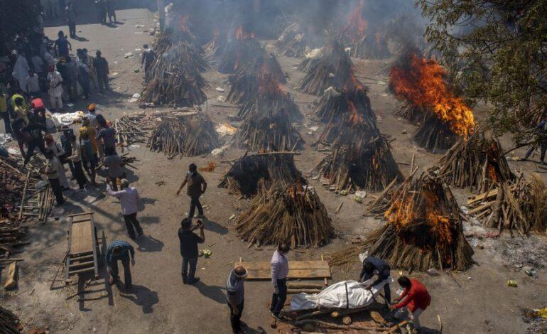Νέο παγκόσμιο ρεκόρ κρουσμάτων στην Ινδία – Πάνω από 2.700 νεκροί σε 24 ώρες