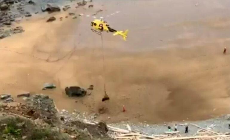 Ταύρος 800 κιλών εγκλωβίστηκε σε παραλία στην Ισπανία – Χρειάστηκε ελικόπτερο για τη διάσωσή του
