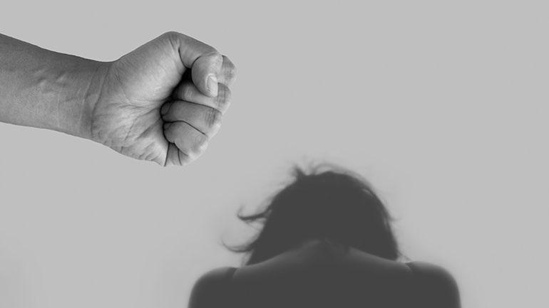 Πάτμος: Χτυπούσε συστηματικά τη σύζυγο και τις τρεις ανήλικες κόρες του – Τις έδερνε και με ζώνη