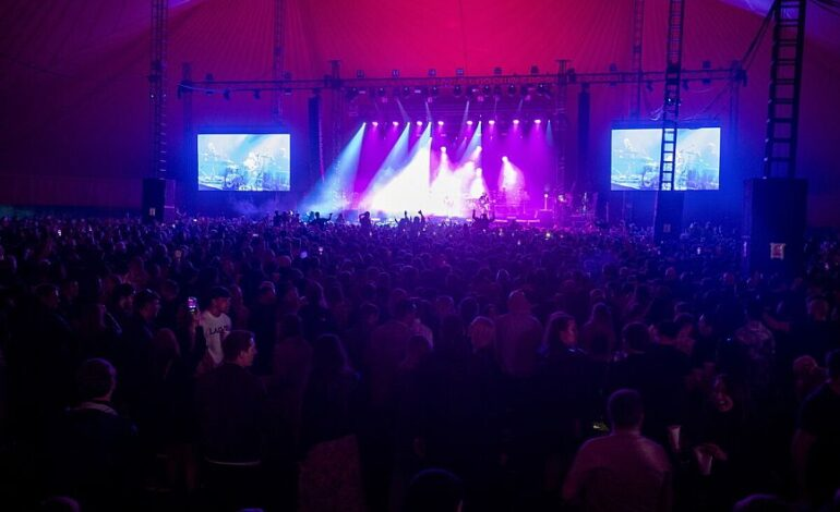 Λίβερπουλ: Ένα μουσικό φεστιβάλ χωρίς μάσκες με τη συμμετοχή 5.000 ανθρώπων