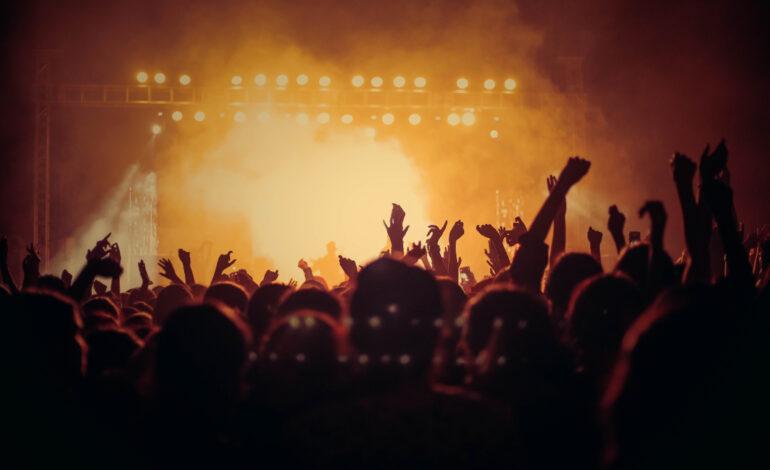 Συναυλία-πείραμα με 5.000 θεατές στο Παρίσι παρουσία της δημάρχου και του υπουργού Υγείας