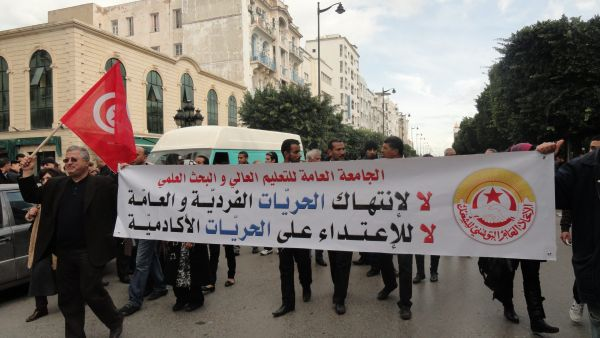 Το πολιτικό χάος της Τυνησίας απειλεί τη συμφωνία με το ΔΝΤ και τη χώρα με οικονομική κατάρρευση