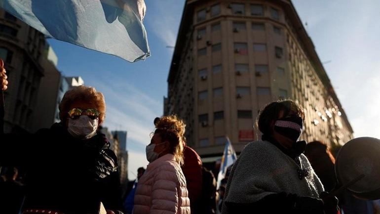 Αργεντινή: Ξεπέρασαν τους 74.000 οι θάνατοι εξαιτίας της COVID-19