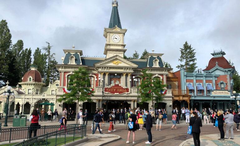 Άνοιξε ξανά η Disneyland Paris – Ο Μίκι Μάους δεν θα δίνει αγκαλιές