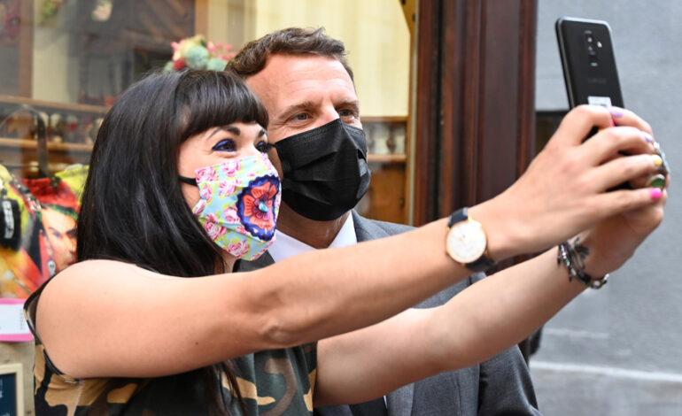 Εμανουέλ Μακρόν: Ανεπηρέαστος παρά το χαστούκι – Το έριξε στις selfie ο Γάλλος πρόεδρος
