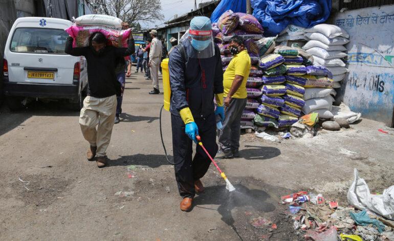 Ινδοί ειδικοί προειδοποιούν: Πολύ μεταδοτικό το στέλεχος Δέλτα, του κορονοϊού, μολύνει και εμβολιασμένους με μία δόση