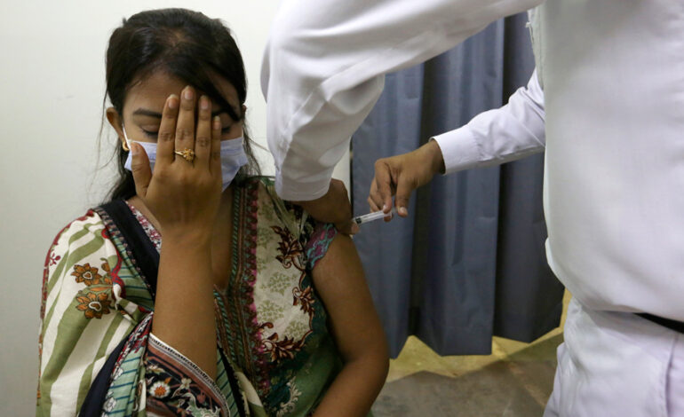 Κορονοϊός: «Εάν δεν εμβολιαστείτε, σας κόβουμε το τηλέφωνο», λένε οι Αρχές στο Πακιστάν