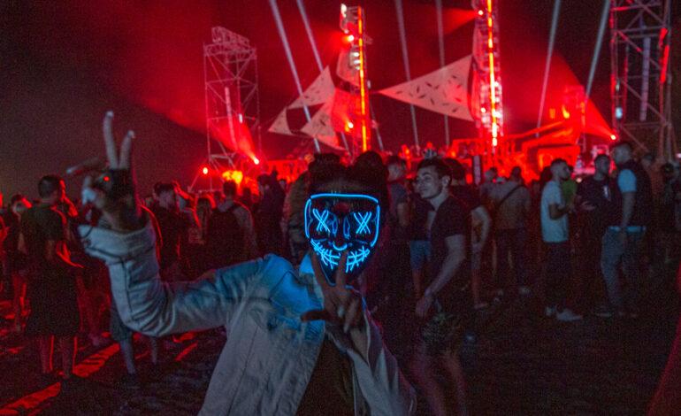 Κορονοϊός: Οι περιορισμοί χαλάρωσαν στην Αλβανία και 10.000 άτομα βρέθηκαν σε παραλία για φεστιβάλ