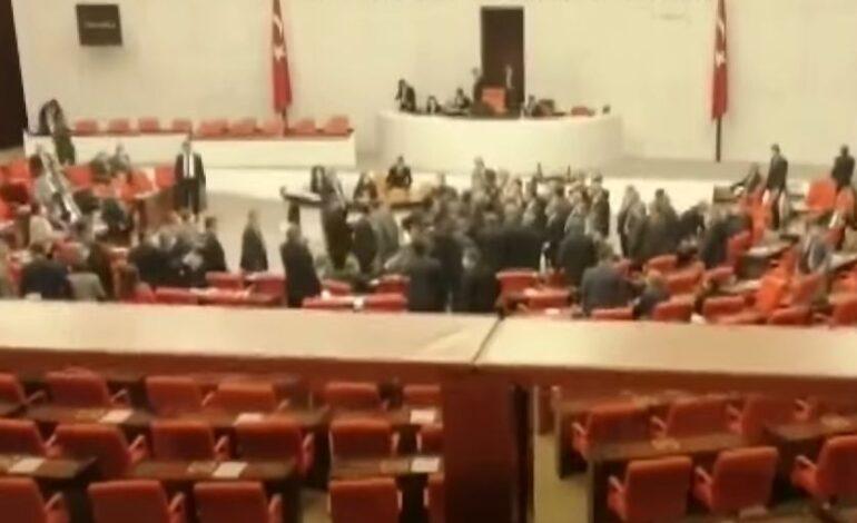 Τουρκία: Πιάστηκαν στα χέρια στην Βουλή – Η δήλωση που άναψε τα αίματα