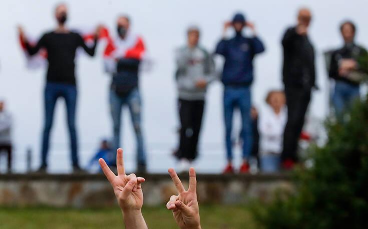 Το Μινσκ περιορίζει τις δυνατότητες των Λευκορώσων να φύγουν από τη χώρα