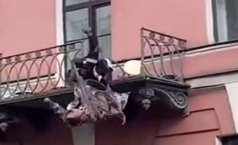 Τρομακτικό βίντεο με ζευγάρι που τσακώνεται και πέφτει από το μπαλκόνι
