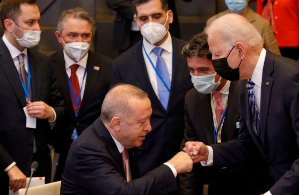 Χειραψία σαν χειροφίλημα του Ερντογάν στον Μπάιντεν
