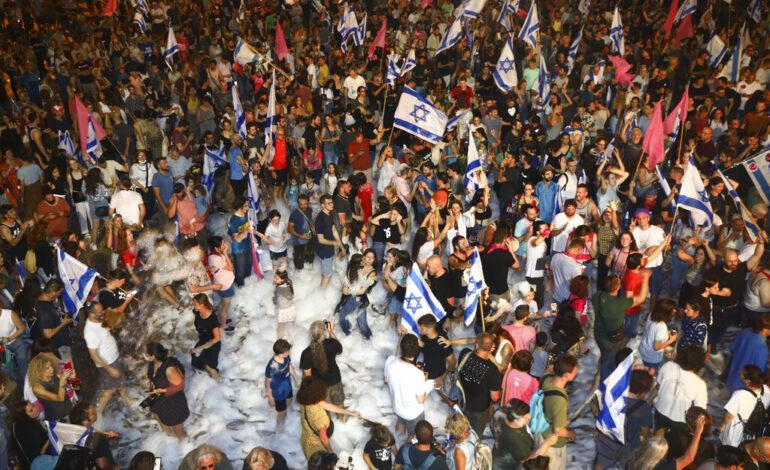 Χιλιάδες πολίτες στο Τελ-Αβίβ πανηγυρίζουν την αποχώρηση του Νετανιάχου από την εξουσία