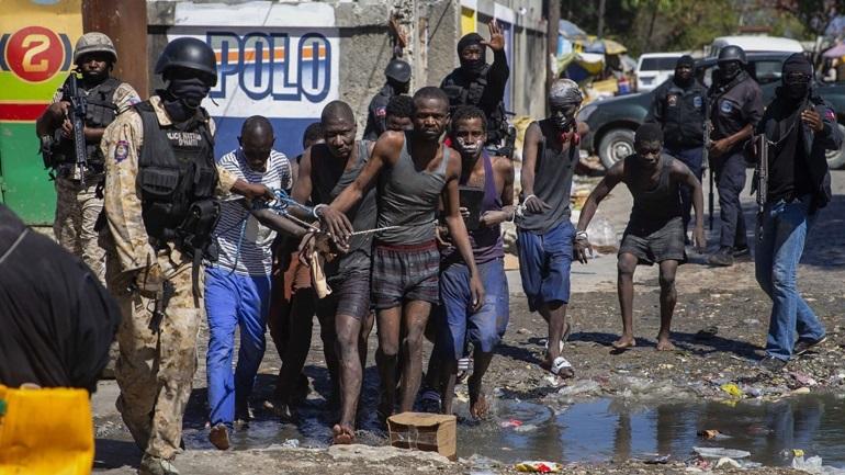 Αϊτή: Έφοδοι συμμοριών σε αστυνομικά τμήματα για την αρπαγή όπλων