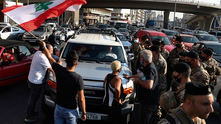Λίβανος: Υποτίμηση-ρεκόρ του νομίσματος, στους δρόμους οι πολίτες