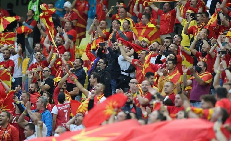 Euro 2020: Απίστευτες προκλήσεις με πανό «Μακεδονία» και περικεφαλαίες οι οπαδοί της Βόρειας Μακεδονίας