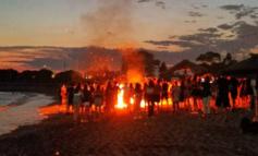 Γλυφάδα: Νεαροί πυρπόλησαν ομπρέλες στη δημοτική πλαζ- Δέχθηκαν επίθεση Πυροσβέστες και η ΕΛΑΣ σε .. επιτήρηση