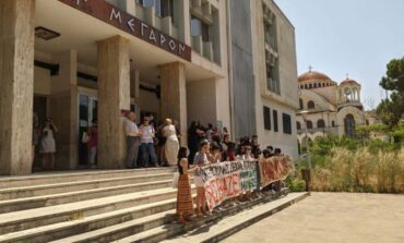 Αγρίνιο: Εξαγριωμένο το πλήθος για τον 49χρονο ιερέα που κατηγορείται για βιασμό – Τι λέει ο δικηγόρος του