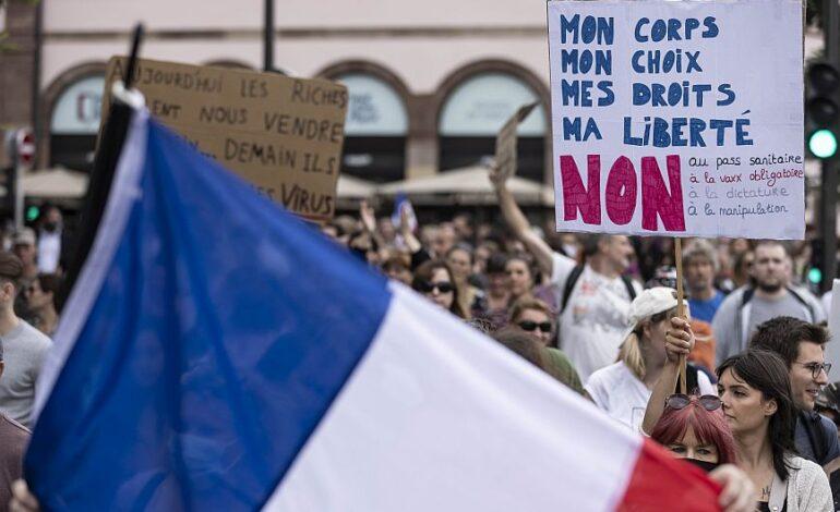 Γαλλία: Χιλιάδες διαδηλώνουν κατά του εμβολιασμού σε όλη τη χώρα