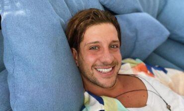 Ηλίας Μπόγδανος: Χαμογελαστός απολαμβάνει την πρώτη του βόλτα μετά την περιπέτεια με τον κορονοϊό