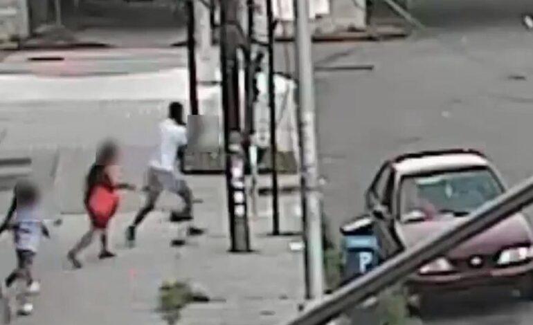 Μητέρα σώζει τον 5χρονο γιο της από τα χέρια αγνώστου – Δείτε το σοκαριστικό βίντεο