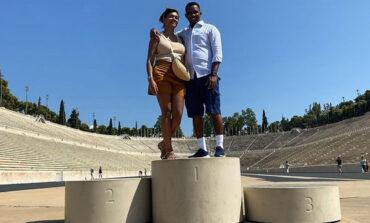 O Ετό είναι στην Ελλάδα και κάνει ερωτική εξομολόγηση στη γυναίκα του στο Καλλιμάρμαρο
