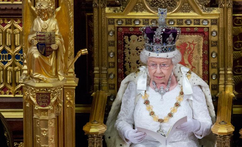 Αυτά είναι τα πιο λαμπερά κοσμήματα και αξεσουάρ από τη συλλογή της βασίλισσας Ελισάβετ