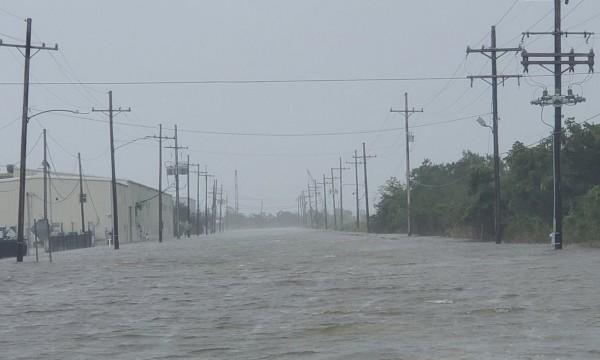 ΗΠΑ – Εικόνες αποκάλυψης από τον τυφώνα Άιντα που σαρώνει τη Λουιζιάνα