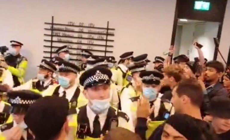 Λονδίνο: Αντιεμβολιαστές εισέβαλαν σε κτίριο όπου στεγάζονται πολλά ειδησεογραφικά κανάλια – Δείτε το βίντεο