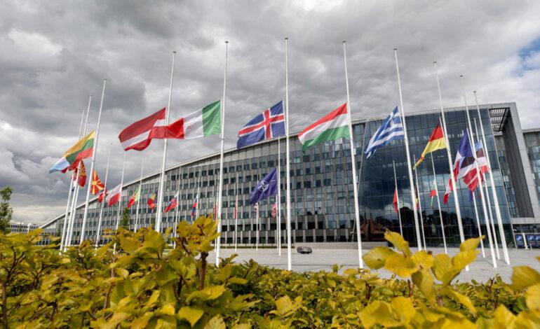 Μεσίστιες οι σημαίες στην έδρα του ΝΑΤΟ