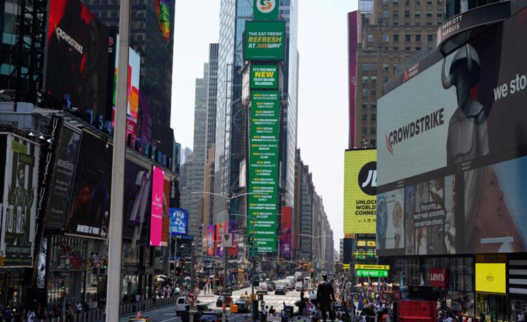 Συντριβάνι αποκτά για πρώτη φορά η Times Square… με 400.000 βαμμένα ψεύτικα νύχια