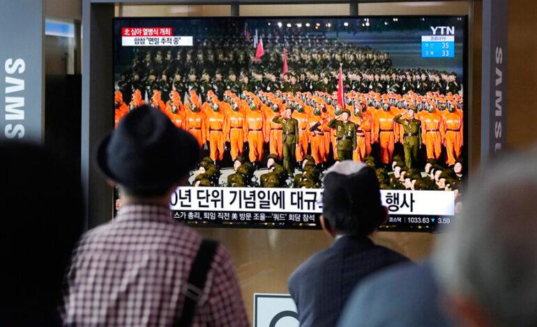 Βόρεια Κορέα: Στρατιώτες με στολές βιοχημικού πολέμου στην παρέλαση εθνικής επετείου