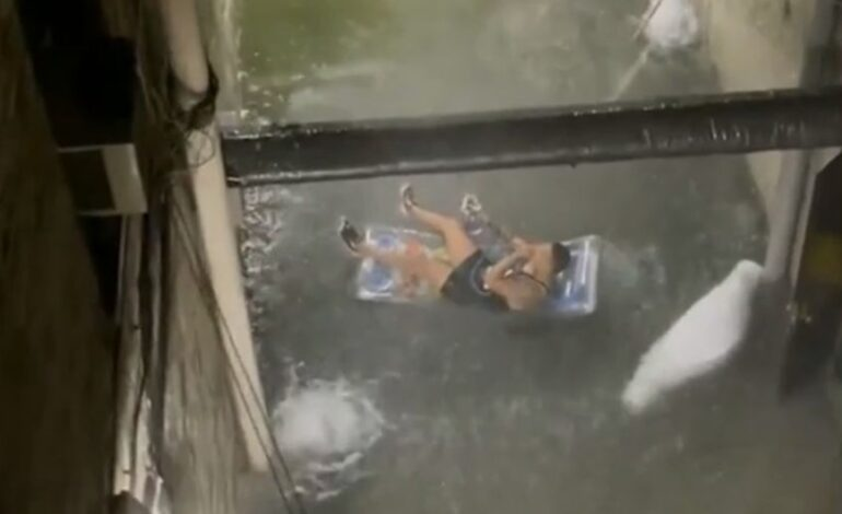 ΗΠΑ: Viral βίντεο με άντρα που καπνίζει ναργιλέ πάνω σε φουσκωτό στρώμα σε πλημμυρισμένο δρόμο