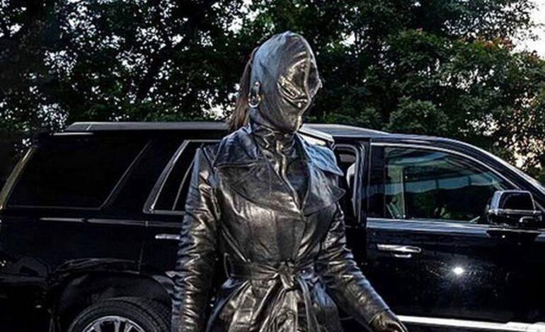 Κιμ Καρντάσιαν: Με ολόσωμο δερμάτινο σύνολο και full face mask