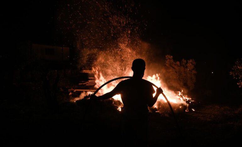 Νεκρός πυροσβέστης σε δασική πυρκαγιά που κατακαίει τη νότια Ισπανία