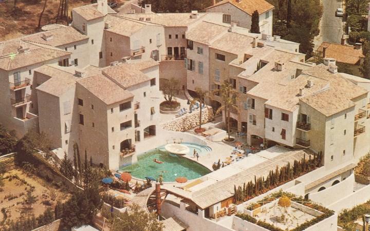 Hotel Byblos Saint-Tropez: Το ξενοδοχείο που χτίστηκε για να κερδίσει την καρδιά της Brigitte Bardot